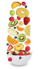 Fruchtsalat mit Früchte wie Orange, Apfel, Banane und Erdbeere