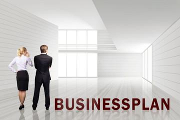 Geschäftsleute besichtigen leere Büroräume