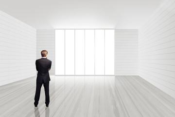 Geschäftsmann besichtigt leere Büroräume