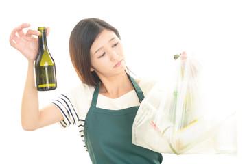 ゴミ袋を持つ女性