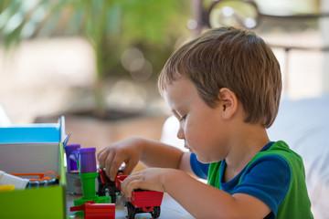enfant jouant en extérieur