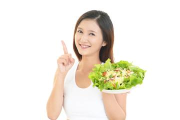 サラダを持つ女性