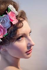 Портрет девушкис цветами в прическе