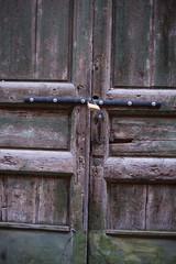 Dettaglio Portone di legno, ingresso palazzo, chiuso