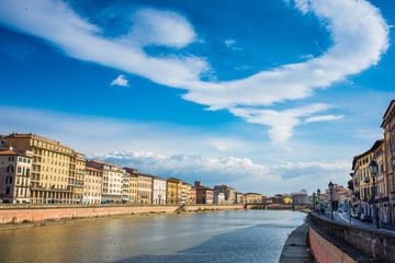 Veduta dei Lungarni di Pisa, cielo e nuvole
