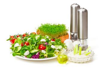 Gemischter Salat, Dip, Öl, Gewürzmühlen