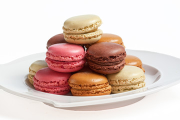 Macarons de couleurs différentes sur assiette blanche