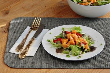 Pflücksalat mit Papaya, Tomate und Lauchzwiebeln