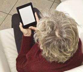 donna e-reader bianco