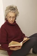 donna libro lettura scale