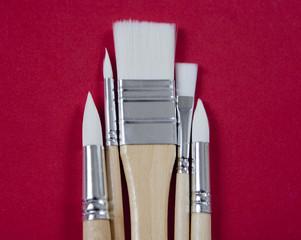 pinceaux en bois sur fond rouge