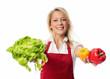 Frau präsentiert Paprikas und einen Salat