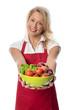 Frau hält eine Schale mit Gemüse und Salat