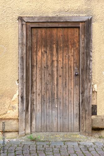 wyblakly-brazowy-drewniane-drzwi