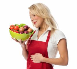 Hausfrau freut sich auf einen gesunden Salat