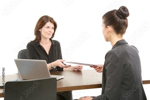 Chefin bekommt die Unterlagen angereicht - 76907461