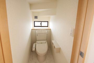 住まいのトイレ  階段下