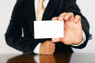 名刺を見せるビジネスマン Businessman showing his business card
