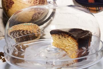Trozo de bizcocho de chocolate en vitrina