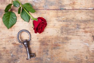 rote Rose mit antiken Schlüssel