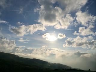 nuvole basse e sole