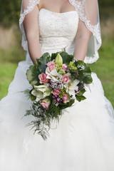 Braut haelt brautstrauss