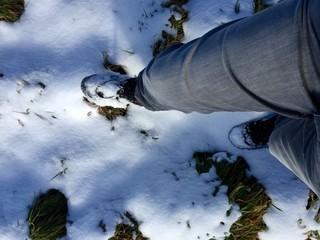 Mit Winterschuhen durch Schnee wandern