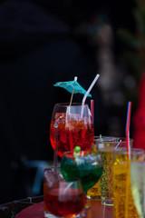 cocktail time - bunte Cocktails in Gläsern