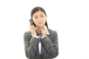 受話器を持つ女性