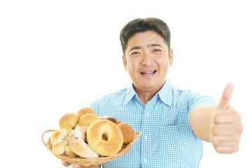 パンを持つ笑顔の男性