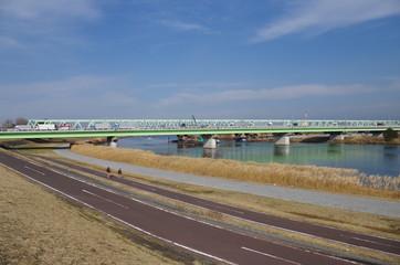 川沿いの自転車道と橋