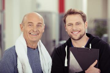 senior mit trainer im sportclub