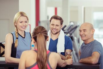 leute im fitness-studio nehmen ein getränk an der bar