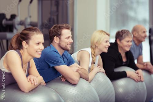 rückenschule im fitness-studio - 76966085