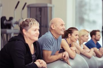 gemischte gruppe trainiert zusammen im fitness-studio