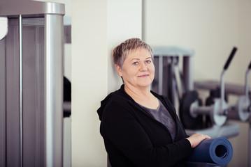 sportliche ältere frau im fitness-studio