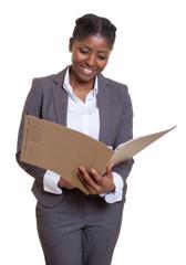 Geschäftsfrau aus Afrika beim Aktenstudium