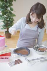 チョコレートを作る女性