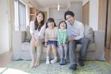 Fototapety ソファーに座る家族