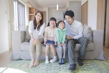 ソファーに座る家族