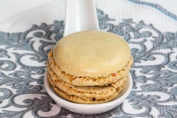 Macaron présenté sur cuillère