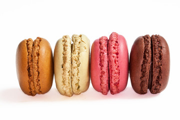 Macarons de différentes couleurs présentés sur fond blanc