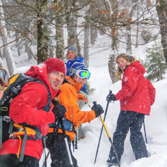 fröhliche Wanderer im Winterwald