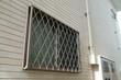 住宅の面格子のついた窓 - 76977213