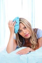 Frau mit Eisbeutel im Bett