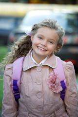 Маленькая ученица идет в школу первый раз