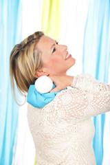 Frau mit Eisbeutel im Nacken