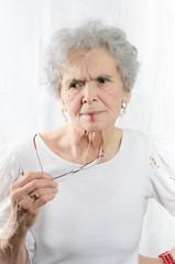 alte Frau schaut kritisch