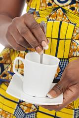 femme noire buvant café