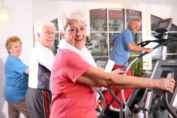 Senioren beim Cardiotraining
